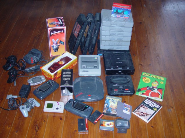18 consoles dont 6 playstation, 3 master system, 1 saturn, 1 ps2, 2 game Gear, une Jaguar...