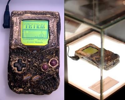 La Game Boy ayant survécu aux bombardements de la guerre du Golfe, exposée au Nintendo Store de New York
