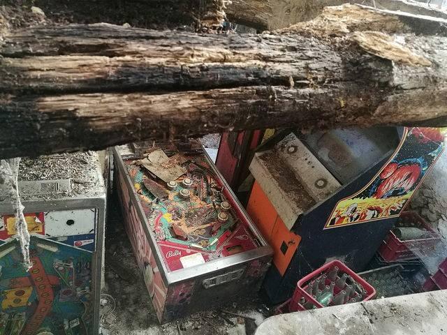 bornes d'arcade et flipper abandonnés retrouvés dans un vieux bar
